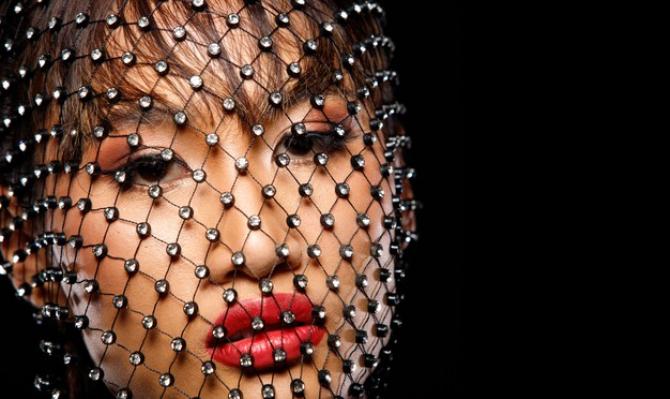 Japonia a pus în vânzări măști IMPODOBITE cu diamante și perle