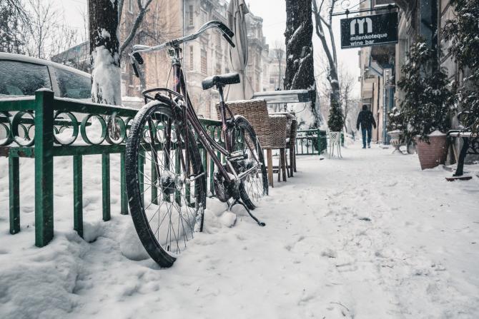 În după-amiaza zile de miercuri şi la începutul nopţii vor fi perioade cu averse mai ales sub formă de ninsoare şi posibil descărcări electrice.