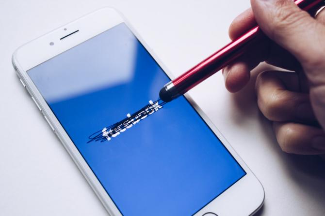 Încă o țară interzice utilizarea Facebook