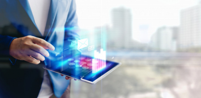 Băncile DIGITALE se grăbesc să CUCEREASCĂ următoarea generație
