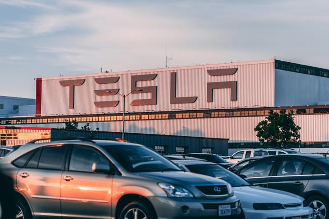 Luni, acţiunile Tesla au urcat cu aproape 8%, la 714 dolari.
