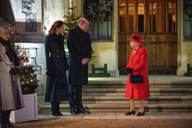 Regina Elisabeta a II-a împreună cu prințul William și Ducesa de Cambridge, la castelul Windsor