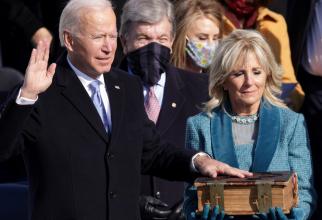 Joe Biden depune jurământul
