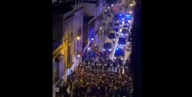 Demonstranții au aruncat cu obiecte asupra poliției, care au tras gloanțe non-letale pentru a dispersa mulțimea, a declarat pe Twitter Mossos d'Esquadra, din cadrul poliției regionale catalane.