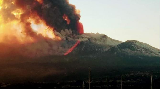 Erupția Vulcanului Etna surprinsă de la circa 15 de kilometri departare, din localitatea Giarre