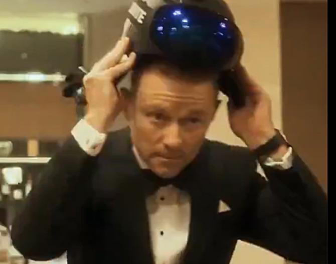 "Darren Buckley în ""rolul"" lui James Bond"
