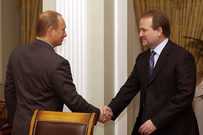 Medvedchuk este un influent om politic din Ucraina, un puternic susținător al politicilor lui Vladimir Putin, președintele Rusiei fiind nașul de botez al ficei lui Medvedchuk. / Sursa foto: Wikipedia