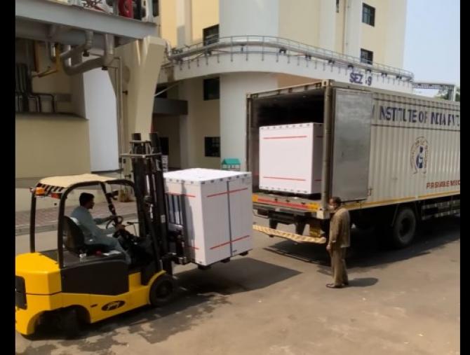 Săptămâna trecută, ministrul Sănătății din Ucraina s-a deplasat personal în India pentru a stabili detaliile livrării, acesta postând și imagini cu loturile de vaccin.