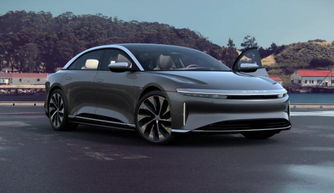 Prețul modelului Lucid Air pornește de la 77.000 de dolari, iar autonomia promisă este de circa 830 de kilometri. Varianta de top va fi propulsată de un motor de 1.080 de cai și va costa peste 165 de mii de dolari.