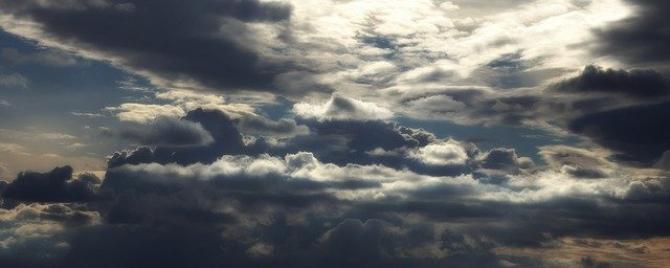 Soarele intră în nori