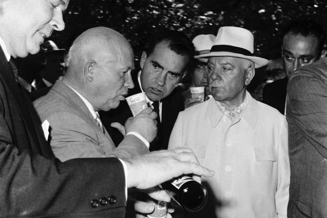 Donald Kendall toarnă Pepsi în timp de Richard Nixon se uită la Nikita Hrusciov gustă băutura răcoritoare