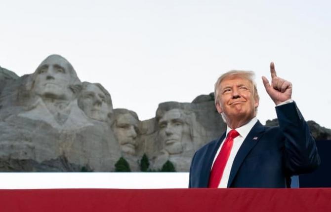 """Secţiunea """"Despre"""" conţine o prezentare elogioasă în 850 de cuvinte a perioadei petrecute de Trump la Casa Albă, care pune în evidenţă ceea ce fostul preşedinte consideră a fi cele mai mari realizări ale sale."""