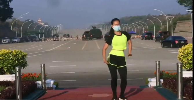Instructor de aerobic, dansând în fața blindatelor armatei