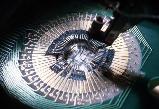 Uniunea Europeană analizează posibilitatea înfiinţării unei alianţe în domeniul semiconductorilor între producători precum STMicroelectronics, NXP, Infineon şi ASML, în ideea de a-şi reduce dependenţa de producătorii străini de cipuri în perioade în care
