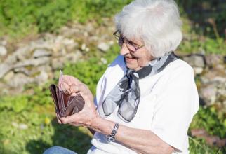 Pensia și documentul de plată se pot ridica de la ghişeele poştale,în termen de 2 zile lucrătoaredupă ultima zi de plată a lunii respective.