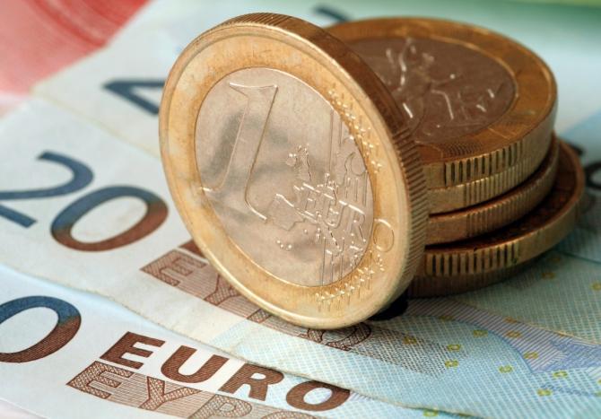 Moneda naţională s-a depreciat, luni, în raport cu euro, care a fost calculat de Banca Naţională a României la 4,9161 lei.