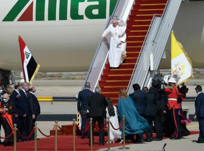 Papa Francisc a aterizat vineri la Bagdad, în prima vizită a unui suveran pontif în Irak, unde se va întâlni cu greu încercata comunitate creştină din această ţară, transmite EFE.