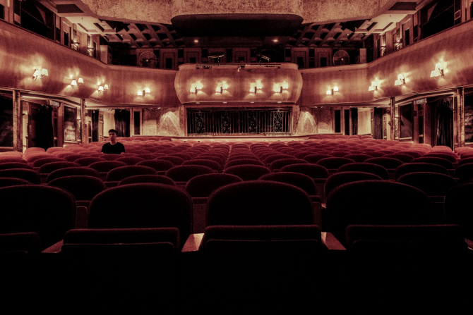 Teatrele bucureştene încep de vineri spectacolele cu public