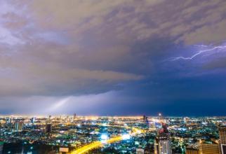 Luni, în intervalul orar 11:00 - 22:00, cerul va avea înnorări temporare, iar mai ales după-amiaza şi seara vor fi averse, descărcări electrice.