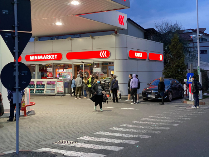 Coadă la magazinul unei benzinării din București, la ora 19:55 în această seară