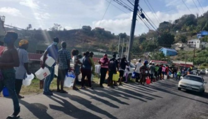 Întreaga populaţie de 100.000 de locuitori a insulei Saint Vincent, situată în sudul Caraibelor, a rămas fără apă potabilă şi electricitate după erupţia de săptămâna trecută a vulcanului La Soufriere.