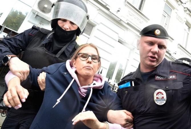 În timp ce Putin vorbea la tribună, oamenii erau arestați pe stradă