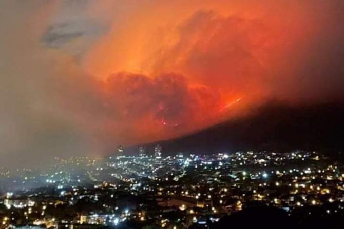 Cape Town, afectat de un uriaș incendiu de vegetație