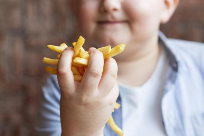 Producătorii, magazinele alimentare dar și fast-food-urile trebuie să își revizuiască rețetele