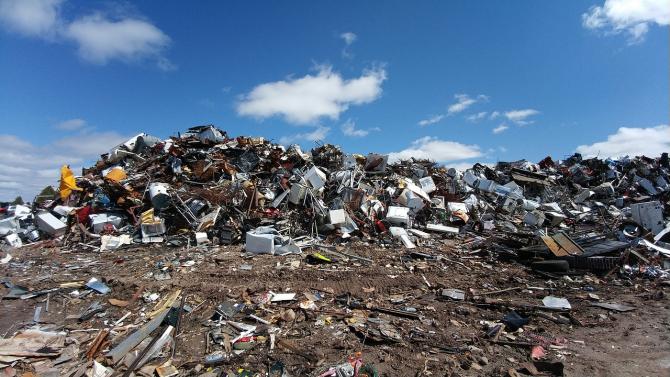 Gropile de gunoi din jurul Capitalei sufocă orașul