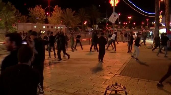 Efectivele poliției au fost desfășurate în tot orasul Ierusalim pentru a preveni pe cât posibil violențele. Scopul poliției pe tot parcursul nopții a fost să țină cele două grupuri cât mai departe unul de celălalt posibil.