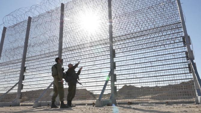 Israel a început să contruiască garduri high-tech la granite