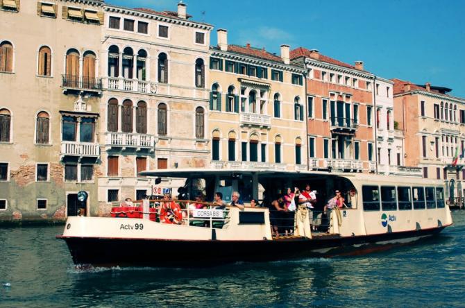 """Veneţienii vor putea fi vaccinaţi şi la bordul unui """"vaporetto"""" (taxi acvatic), care va andoca într-un loc prestabilit pentru a administra vaccinuri anti-COVID-19 celor de peste 80 de ani."""