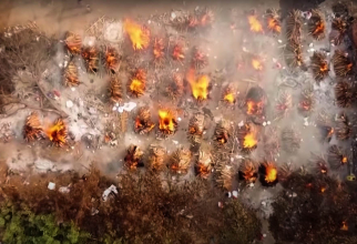 Incinerările din India se fac continuu. Morții deja sunt prea mulți ca să poată fi numărați