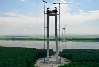 Podul suspendat peste Dunăre va avea o lungime de 1.974 de metri, dintre care 1.120 de metri reprezintă deschiderea centrală, la care se adaugă două deschideri laterale de 489 de metri pe malul dinspre Brăila şi 364 de metri pe malul dinspre Tulcea.