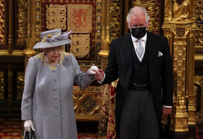 Prințul Charles o conduce pe mama sa, Regina Elisabeta a II-a