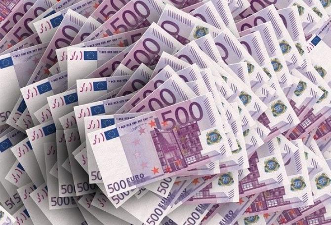Cea mai mare parte a câştigurilor provenite din activităţi infracţionale sunt în numerar, care apoi este investit în proprietăţi sau bunuri de valoare pentru a acoperi originea ilegală a banilor.