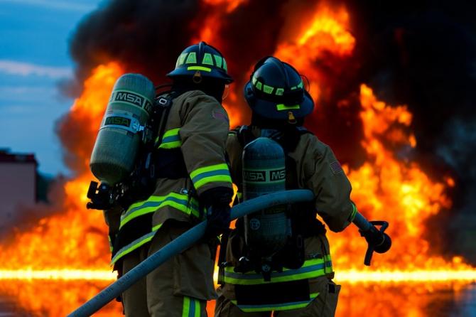 Cinci ore s-au luptat pompierii cu focul