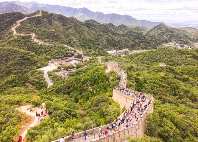 Unii turişti au avut nevoie dimineaţa de peste trei ore pentru a parcurge cei 60 de km de autostradă care despart situl de centrul capitalei Beijing.