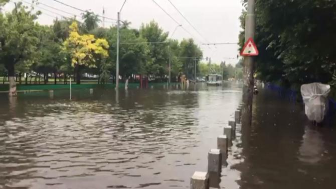 Pasajul este blocat de apă
