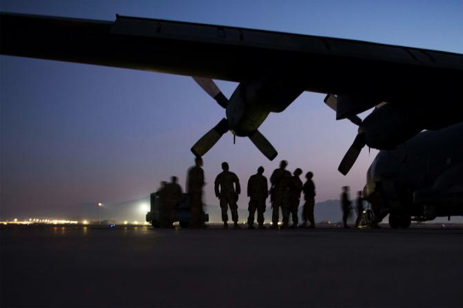 Administrația Biden plănuiește evacuarea a zeci de mii de afgani