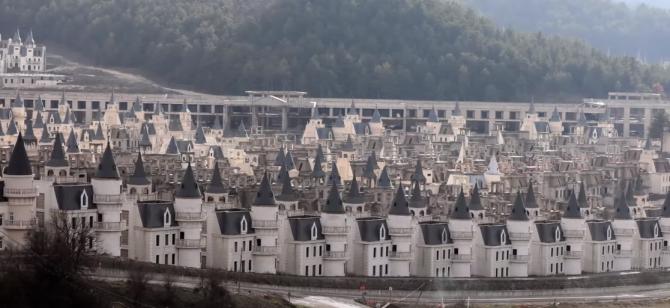 """Orașul fantomă al milionarilor e abandonat! """"Micul Disney"""" este vizitat doar de turiști (VIDEO)"""