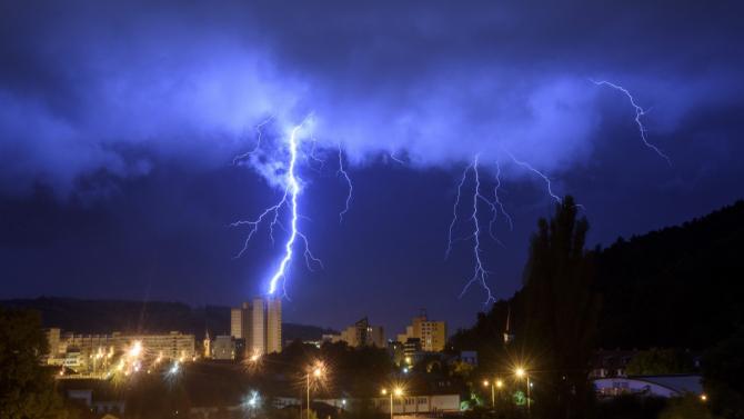 Cod ROȘU vânt puternic cu aspect TORNADIC și GRINDINĂ în aceste județe din România