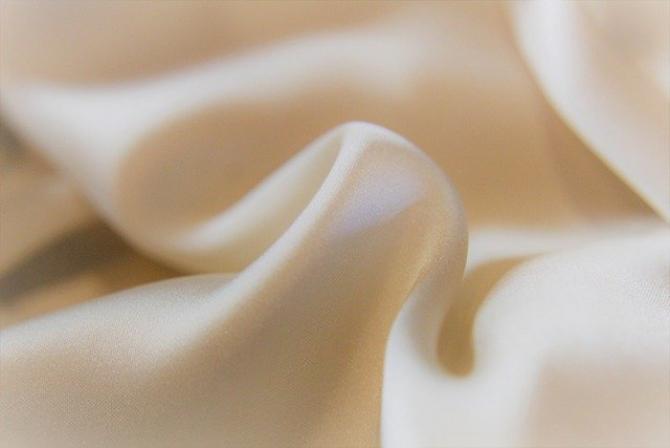 Poate fi vopsită în diferite culori, dar albul are efectul cel mai puternic