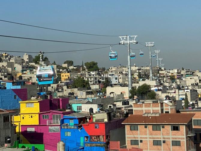 Telegondola, care face legătura între cartierele Cuautepec şi Indios Verdes, poate transporta până la 5.000 de persoane pe oră între şase staţii.
