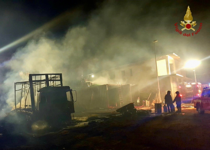Pompierii italieni fac eforturi supraomenești pentru a controla incendiile