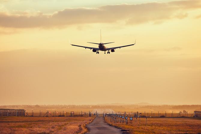 Companiile aeriene au început să anuleze cursele din și spre România. Cum se pot recupera banii