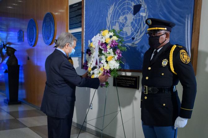 Secretarul general António Guterres, la ceremonia de depunere a coroanelor de flori la cea de-a 18-a aniversare a bombardării sediului ONU de la Bagdad.