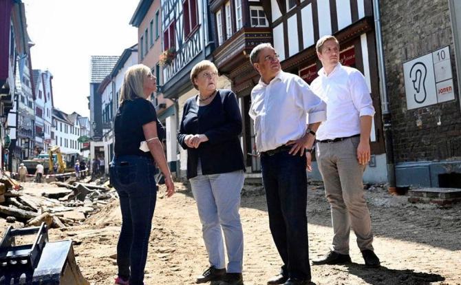 Merkel asaltată de păsări într-un parc cu specific (video) și printre oameni după inundațiile din această vară