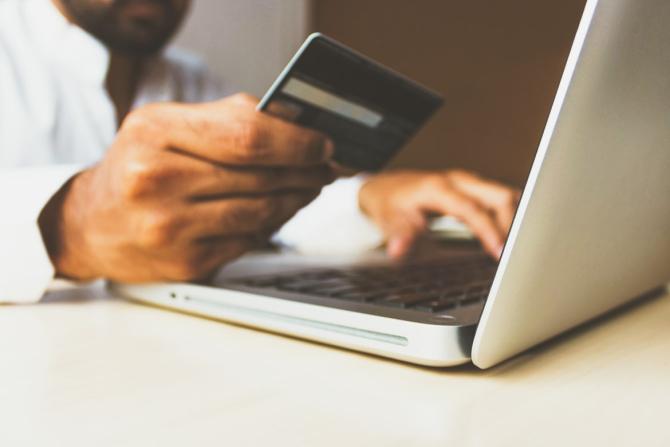 Românii au pris gustul cardurilor de credit