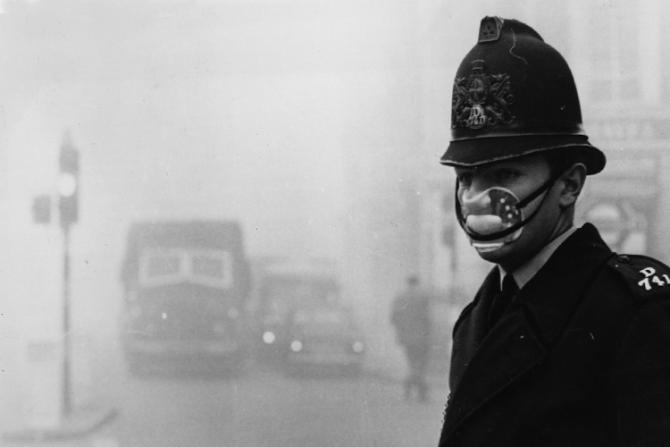 Celebrul smog din Marea Britanie cauzat de centralele pe cărbune / Foto din 1952